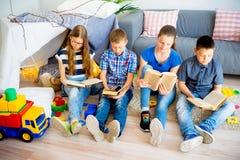 ανάγνωση κατσικιών βιβλίων Στοκ Εικόνες