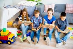 ανάγνωση κατσικιών βιβλίων Στοκ εικόνα με δικαίωμα ελεύθερης χρήσης