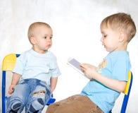 ανάγνωση κατσικιών Στοκ φωτογραφία με δικαίωμα ελεύθερης χρήσης