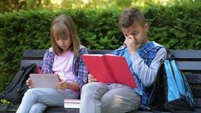 ανάγνωση κοριτσιών αγοριών βιβλίων απόθεμα βίντεο