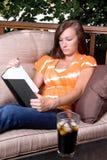 ανάγνωση κοριτσιών βιβλίω&n Στοκ φωτογραφία με δικαίωμα ελεύθερης χρήσης