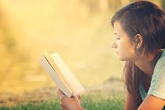 ανάγνωση κοριτσιών βιβλίω&n Στοκ Εικόνα