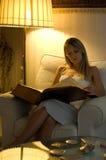 ανάγνωση κοριτσιών βιβλίω&n Στοκ Φωτογραφία
