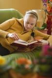 ανάγνωση κοριτσιών βιβλίω&n Στοκ Φωτογραφίες