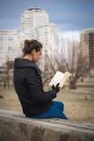 ανάγνωση κοριτσιών βιβλίων Στοκ Φωτογραφίες