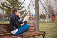 ανάγνωση κοριτσιών βιβλίων Στοκ Εικόνες