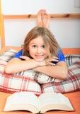 ανάγνωση κοριτσιών βιβλίων στοκ εικόνες με δικαίωμα ελεύθερης χρήσης
