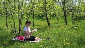 ανάγνωση κοριτσιών βιβλίων απόθεμα βίντεο
