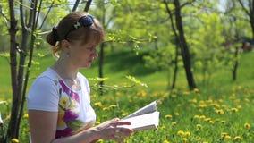 ανάγνωση κοριτσιών βιβλίων φιλμ μικρού μήκους