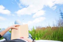 ανάγνωση κοριτσιών βιβλίω&n πρωί ηλιόλουστο Στοκ φωτογραφία με δικαίωμα ελεύθερης χρήσης