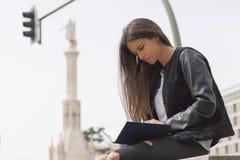 Ανάγνωση κοριτσιών σε μια πόλη Στοκ φωτογραφίες με δικαίωμα ελεύθερης χρήσης