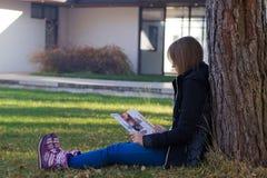 Ανάγνωση κοριτσιών στη φύση Στοκ φωτογραφία με δικαίωμα ελεύθερης χρήσης