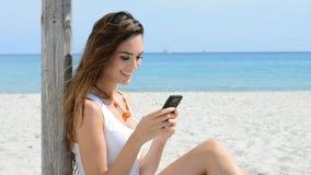 Ανάγνωση κοριτσιών χαμόγελου sms εν πλω φιλμ μικρού μήκους