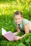 Ανάγνωση κοριτσιών Στοκ φωτογραφία με δικαίωμα ελεύθερης χρήσης
