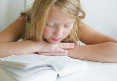 ανάγνωση κοριτσιών Στοκ Εικόνα