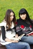ανάγνωση κορών βιβλίων mom Στοκ Φωτογραφία