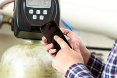Ανάγνωση μετρητών εξοπλισμού εργοστασίων δακτυλογράφησης ατόμων στο smartphone Στοκ φωτογραφία με δικαίωμα ελεύθερης χρήσης