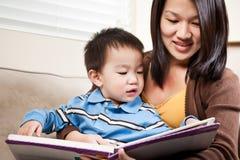 Ανάγνωση μητέρων και γιων στοκ φωτογραφίες