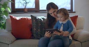 Ανάγνωση μητέρων και κορών στην ταμπλέτα φιλμ μικρού μήκους