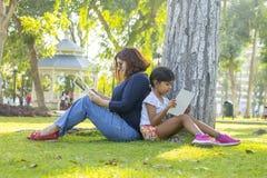 ανάγνωση μητέρων κορών από κο στοκ φωτογραφίες