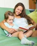 ανάγνωση μητέρων κορών βιβλί& Στοκ εικόνα με δικαίωμα ελεύθερης χρήσης