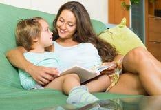 ανάγνωση μητέρων παιδιών βιβ& Στοκ φωτογραφία με δικαίωμα ελεύθερης χρήσης