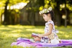 Ανάγνωση μικρών κοριτσιών στο πάρκο Στοκ φωτογραφία με δικαίωμα ελεύθερης χρήσης