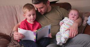 Ανάγνωση μπαμπάδων με το μικρό παιδί του