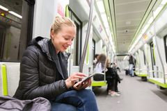 Ανάγνωση νέων κοριτσιών από την κινητή τηλεφωνική οθόνη στο μετρό Στοκ φωτογραφίες με δικαίωμα ελεύθερης χρήσης