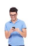 Ανάγνωση νεαρών άνδρων sms Στοκ εικόνα με δικαίωμα ελεύθερης χρήσης