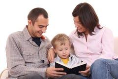 ανάγνωση οικογενειακού ελεύθερου χρόνου δραστηριότητας Στοκ Φωτογραφία