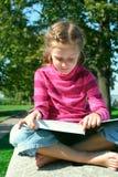 ανάγνωση πάρκων κοριτσιών π&al στοκ εικόνες με δικαίωμα ελεύθερης χρήσης