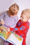 ανάγνωση παιδιών βιβλίων Στοκ εικόνες με δικαίωμα ελεύθερης χρήσης