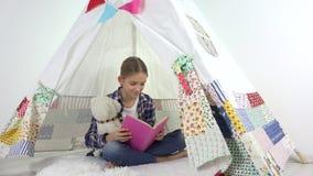 Ανάγνωση παιδιών, που μελετά στο χώρο για παιχνίδη, παιχνίδι παιδιών στην παιδική χαρά, μαθαίνοντας κορίτσι απόθεμα βίντεο