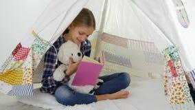 Ανάγνωση παιδιών, που μελετά στο χώρο για παιχνίδη, παιχνίδι παιδιών στην παιδική χαρά, μαθαίνοντας κορίτσι φιλμ μικρού μήκους