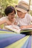 Ανάγνωση παιδιών με το mom από κοινού Στοκ Εικόνες