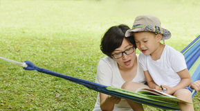 Ανάγνωση παιδιών με το mom από κοινού Στοκ φωτογραφία με δικαίωμα ελεύθερης χρήσης