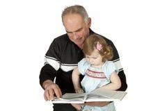 ανάγνωση παππούδων εγγονών βιβλίων Στοκ φωτογραφία με δικαίωμα ελεύθερης χρήσης