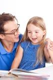 Ανάγνωση πατέρων με την κόρη του Στοκ φωτογραφία με δικαίωμα ελεύθερης χρήσης