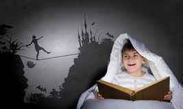 Ανάγνωση πριν από τον ύπνο Στοκ εικόνα με δικαίωμα ελεύθερης χρήσης