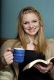 ανάγνωση πρωινού κατανάλω&sig Στοκ Εικόνα