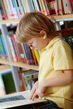 Ανάγνωση στη βιβλιοθήκη στοκ εικόνες με δικαίωμα ελεύθερης χρήσης