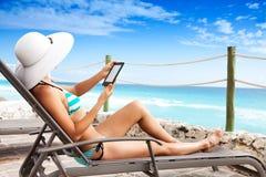 Ανάγνωση στις διακοπές στοκ εικόνα με δικαίωμα ελεύθερης χρήσης