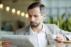 Ανάγνωση στον καφέ Στοκ Φωτογραφίες