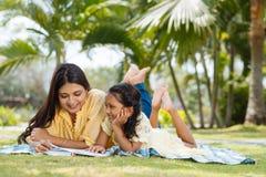 Ανάγνωση στο πάρκο Στοκ εικόνα με δικαίωμα ελεύθερης χρήσης