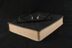 Ανάγνωση της Βίβλου Στοκ φωτογραφία με δικαίωμα ελεύθερης χρήσης