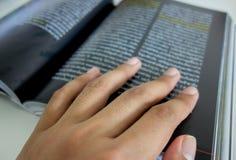 Ανάγνωση του βιβλίου Στοκ φωτογραφία με δικαίωμα ελεύθερης χρήσης