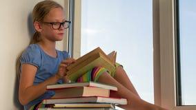 Ανάγνωση των αγαπημένων βιβλίων απόθεμα βίντεο