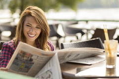 Ανάγνωση των ειδήσεων Στοκ Εικόνες