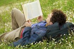ανάγνωση τύπων Στοκ φωτογραφία με δικαίωμα ελεύθερης χρήσης